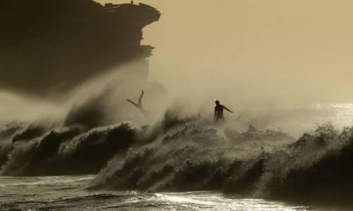 Bronte Beach, Australia. Surfisti alle prese con i cavalloni.