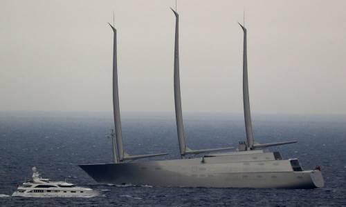 Il più grande yacht a vela del mondo di proprietà del magnate russo Andrei Melnichenko all'ancora durante il GP di Montecarlo.