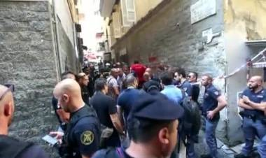 Napoli, arriva l'ufficiale per lo sfratto, esplode la casa: muore una donna, gravi i figli