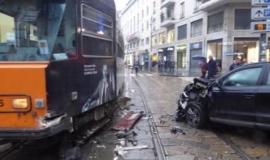Auto si scontra con tram in centro a Milano: un bambino e sua madre lievemente feriti, traffico in tilt