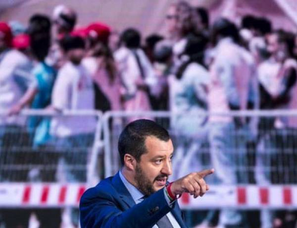 """""""Porti italiani chiusi anche alle navi militari europee"""", la richiesta di Salvini dopo lo sbarco della nave irlandese con 106 migranti"""