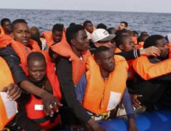 """Il post choc su Facebook di una dottoressa: """"I migranti? Da annegare al largo"""""""