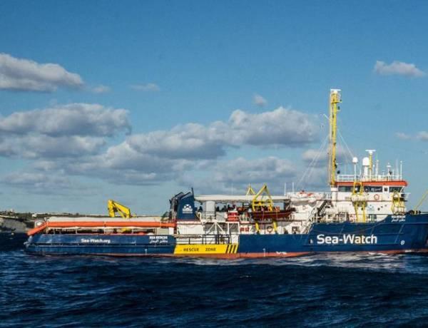 Sea Watch, notte davanti al porto di Lampedusa. Salvini: «Non sono naufraghi ma viaggi organizzati»
