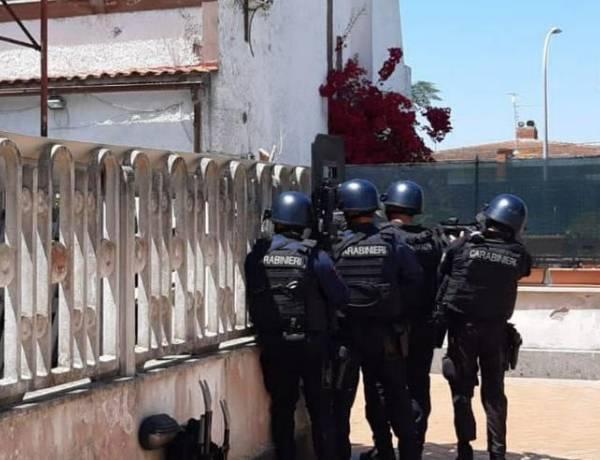Sparatoria ad Ardea, morti un anziano e due fratellini. Uomo barricato in casa si è suicidato