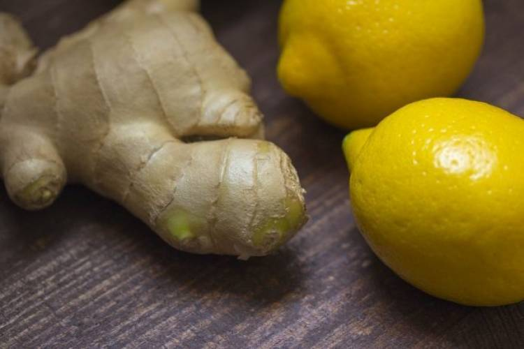 Acqua, zenzero e limone: le proprietà della bevanda che disintossica l'organismo