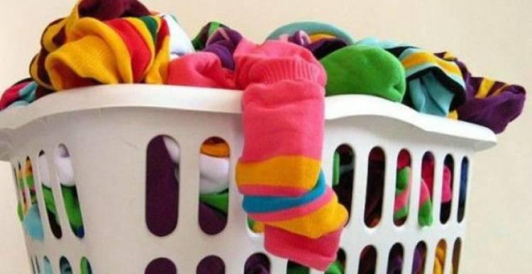 Perché si perdono i calzini nella lavatrice?
