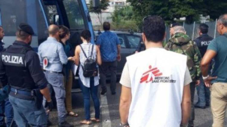 Roma, la polizia preleva 16 migranti dall'associazione Baobab: potrebbero essere della Diciotti