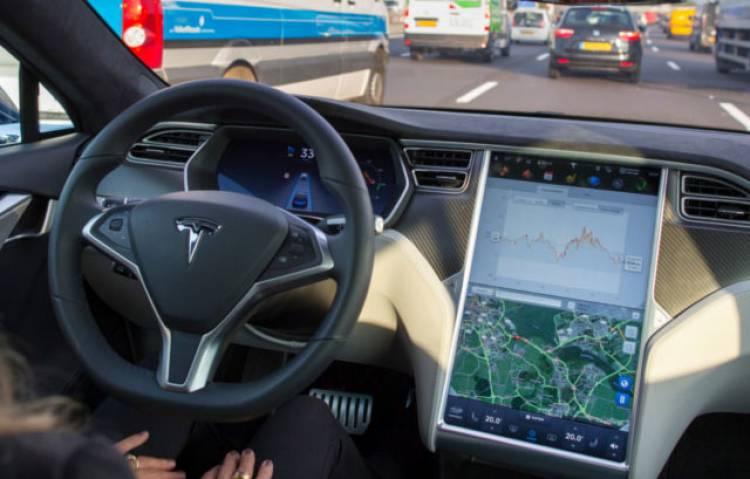 Tesla Autopilot non è sicuro: lo dicono gli esperti americani